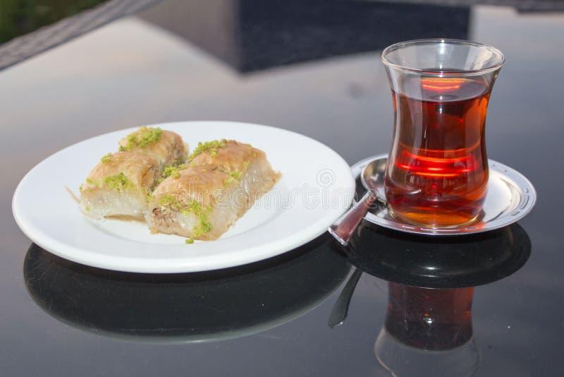 Dessert de baklava des pays est avec le thé turc images stock