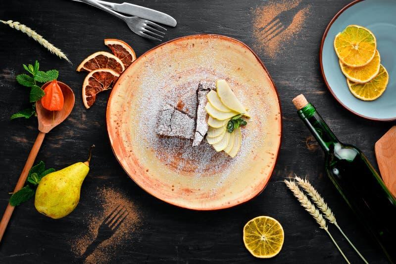 Dessert de 'brownie' de chocolat avec la poire Dessert, p?tisserie Sur un fond en bois image stock