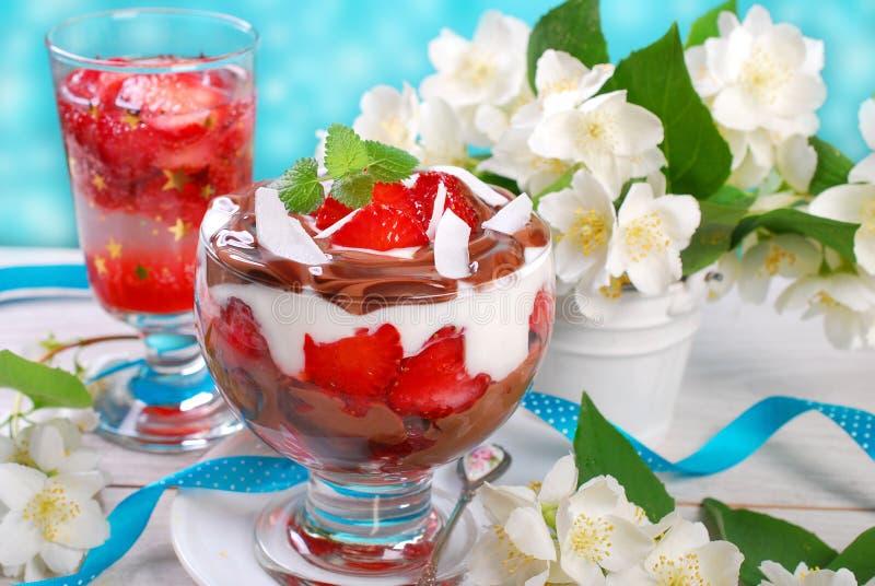 Dessert de chocolat et de noix de coco avec des fraises photographie stock