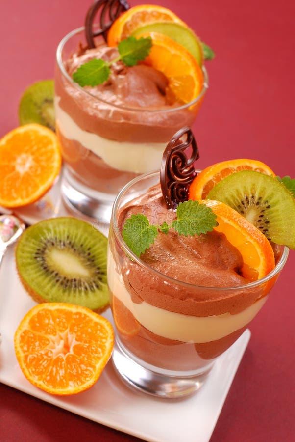 Dessert de chocolat et de vanille avec des fruits photo stock