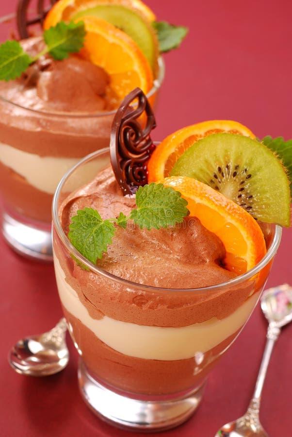 Dessert de chocolat et de vanille avec des fruits images libres de droits
