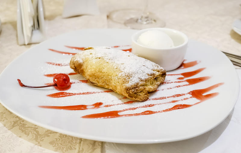 Dessert de cordonnier de cerise photos stock