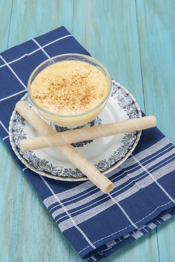 Dessert de crème anglaise dans une tasse en verre photo libre de droits