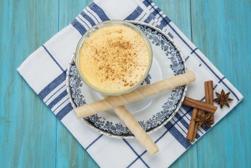 Dessert de crème anglaise dans une tasse en verre photos libres de droits
