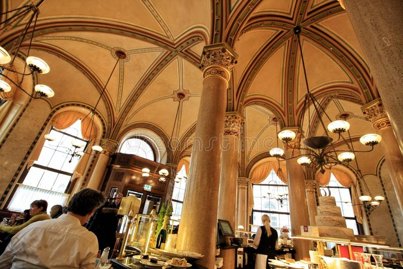Dessert de crêpe en café central à Vienne images libres de droits