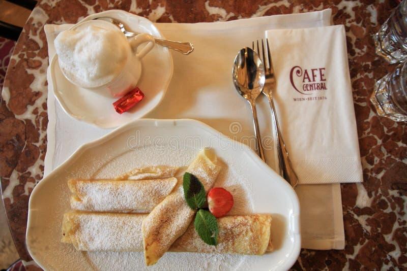 Dessert de crêpe en café central à Vienne photos libres de droits