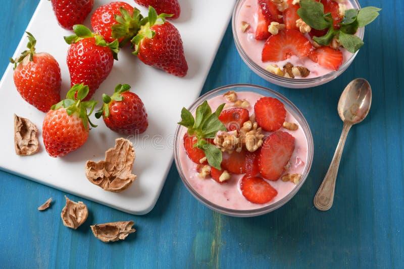 Dessert de fraise avec des morceaux de noix photographie stock libre de droits