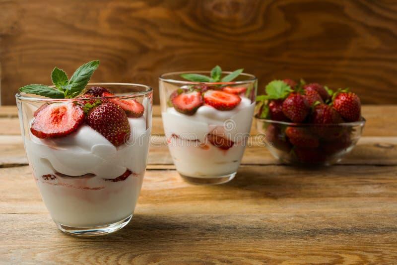 Dessert de fromage fondu de fraises sur le fond en bois photos stock