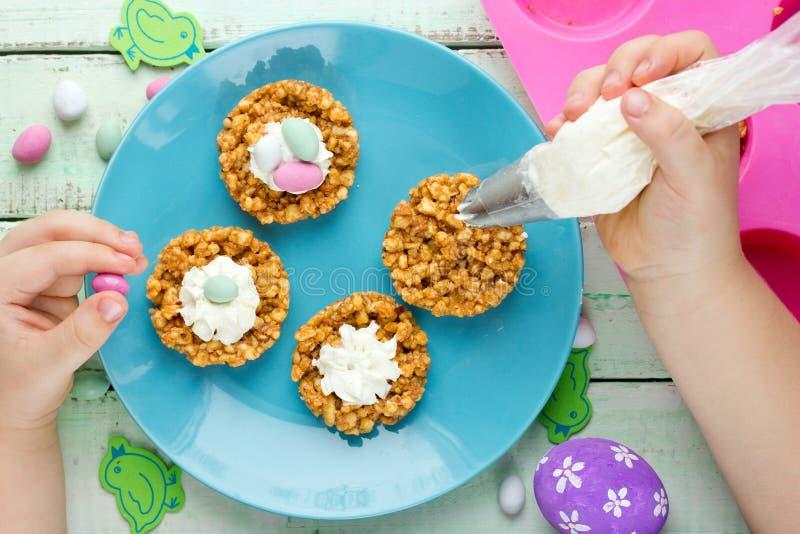 Dessert de gâteau de biscuit de nid de Pâques avec les oeufs de sucrerie et la créatine fouettée image libre de droits