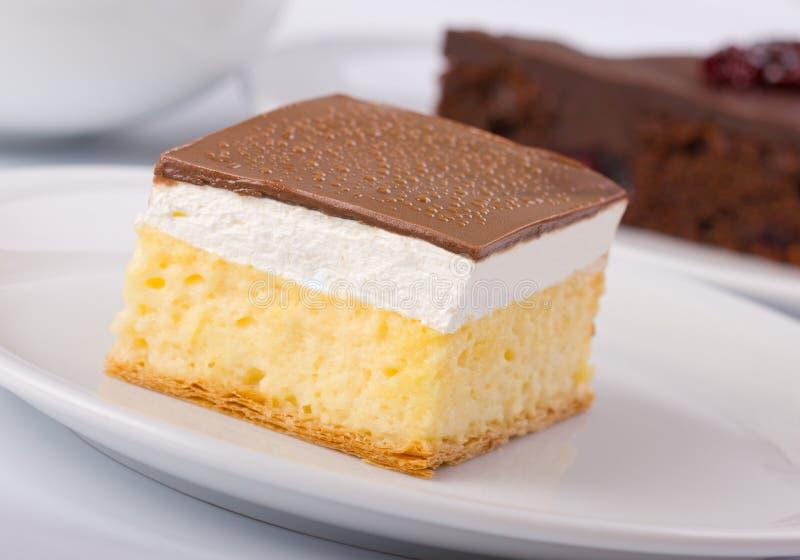 Dessert de gâteau de crème de vanille et de crème anglaise images stock