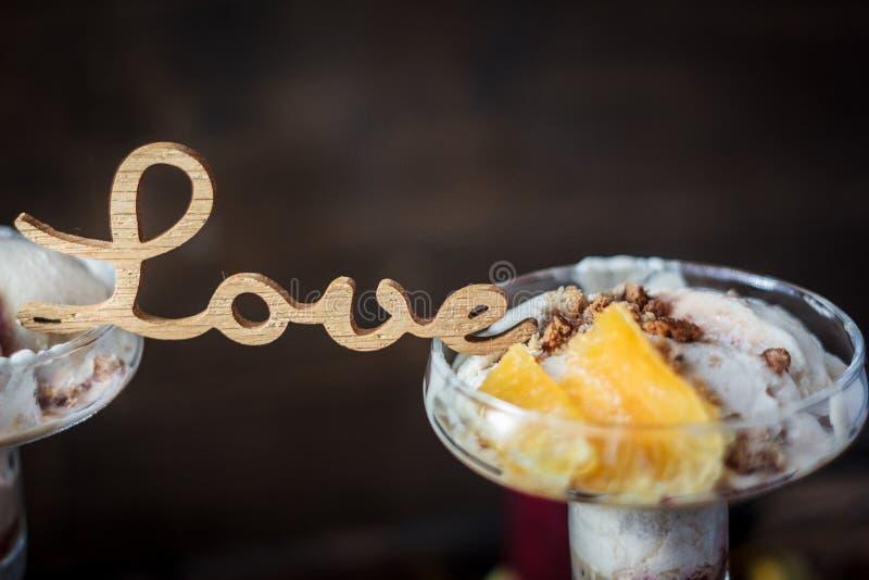 Dessert de jour du ` s de Valentine avec des lettres d'AMOUR photo libre de droits