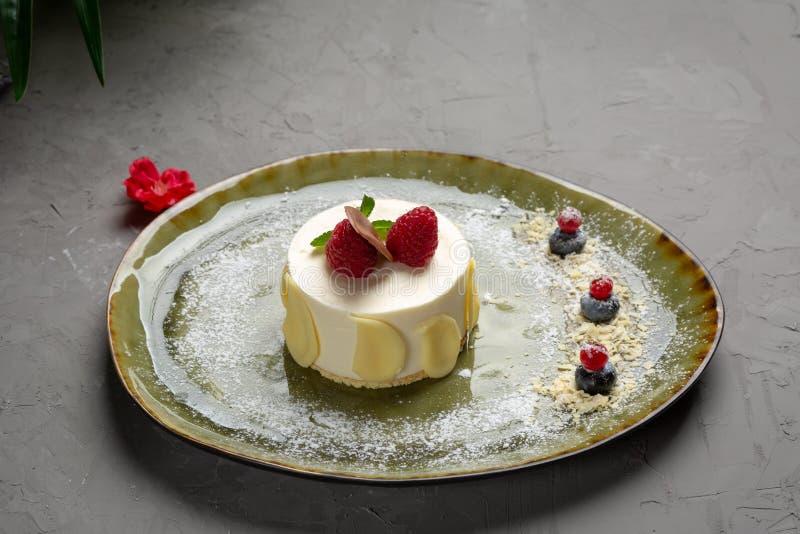 Dessert de lait avec le fruit et le chocolat sur un fond gris photo stock