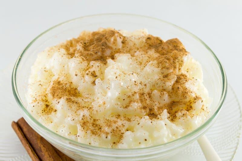Dessert de lait de riz avec la poudre de cannelle photographie stock