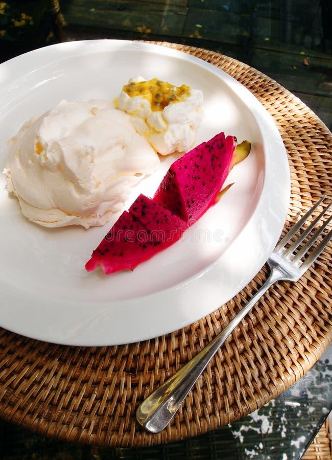 Dessert de luxe de meringue et fruits tropicaux images libres de droits