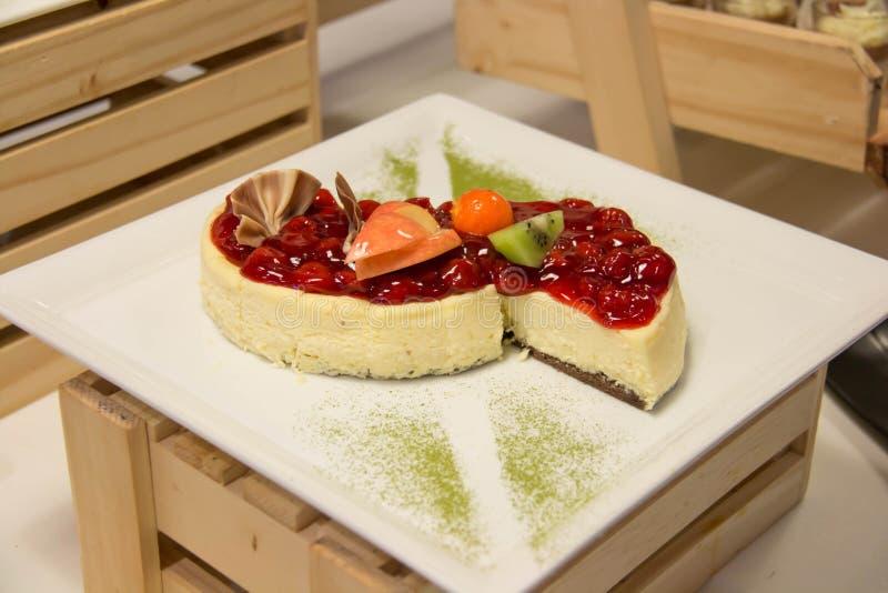 Dessert de mousse de myrtille devorated avec la myrtille fraîche image stock