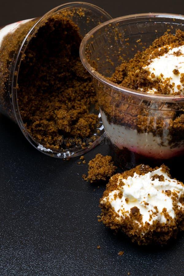 Dessert de pain de Rye avec de la confiture de cerises, crème sur le fond en bois images stock