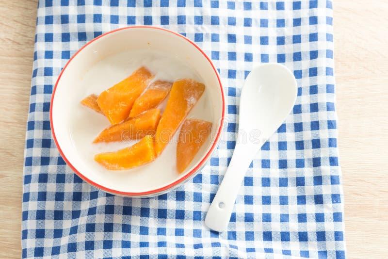 Dessert de patate douce en lait de noix de coco image libre de droits