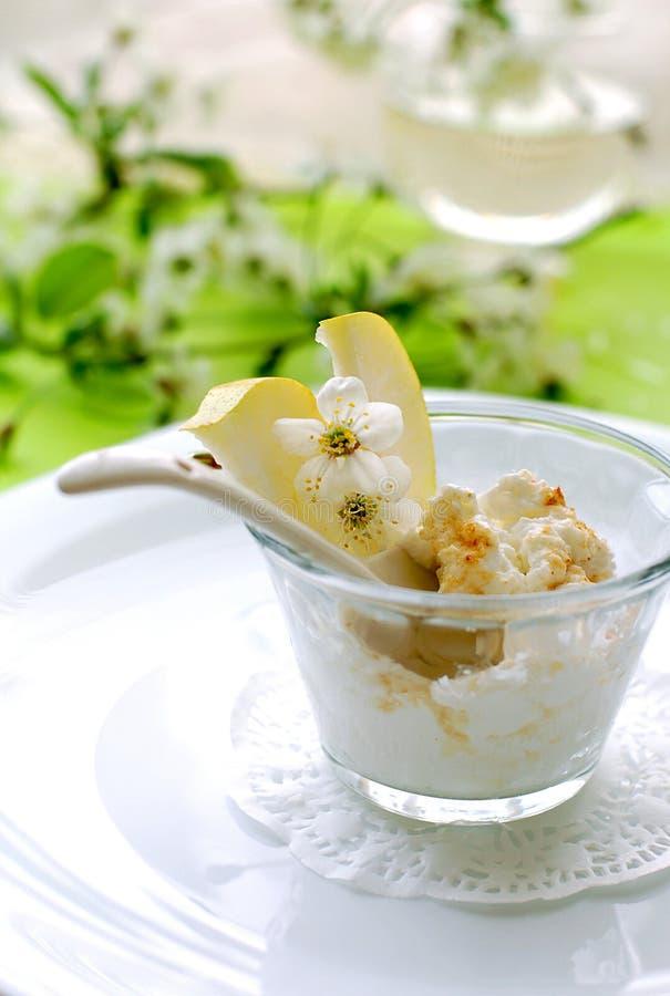 Dessert de poire et de lait caillé images libres de droits