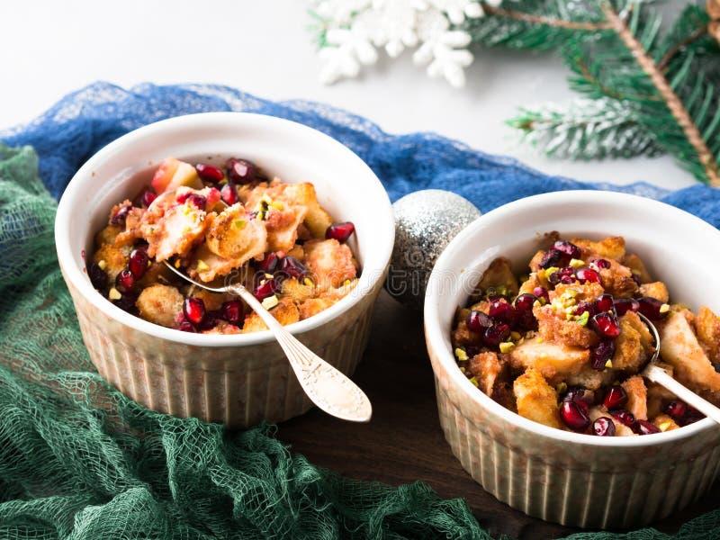 Dessert de pomme cuit au four par Noël avec la grenade photographie stock