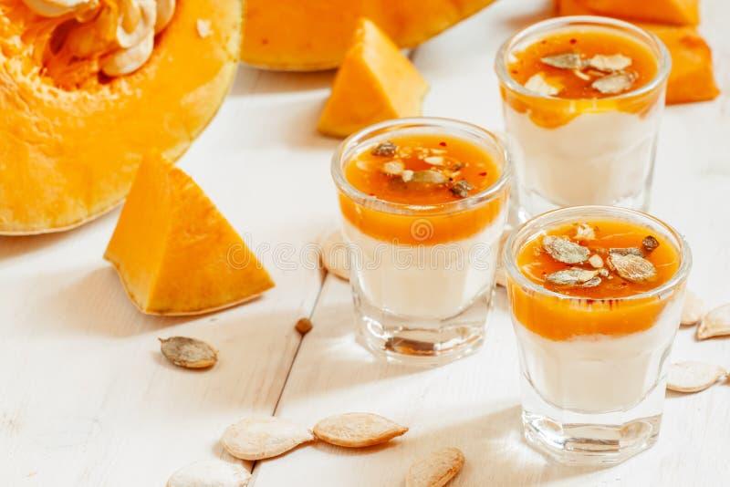 Dessert de potiron avec les graines faites maison de yaourt et de citrouille dans un smal photo stock