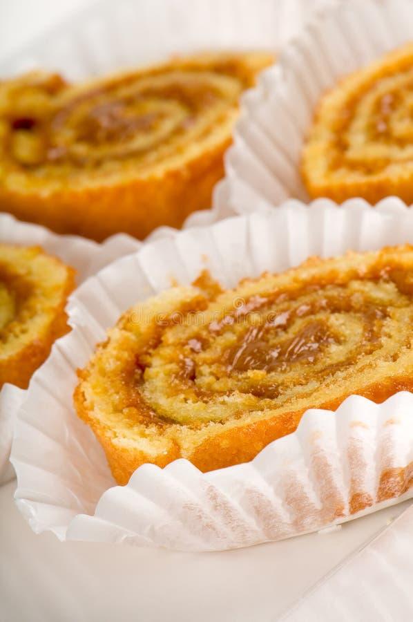 Dessert de roulis de caramel dans des plateaux photos libres de droits