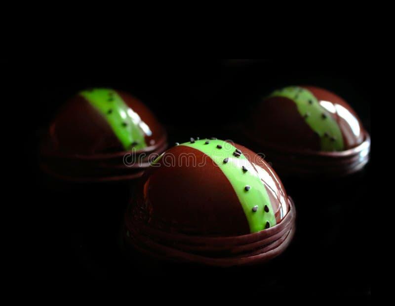 Dessert del cioccolato con la linea verde ed i semi di sesamo neri immagine stock