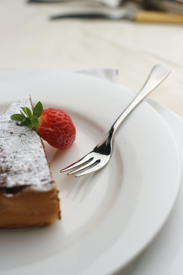 Dessert del cioccolato e della fragola con la forcella; la vista alta poco profonda fa fotografia stock libera da diritti