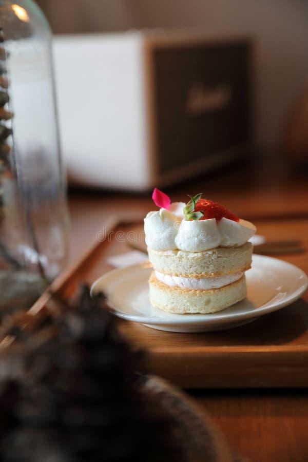 Dessert del dolce della fragola sul vassoio di legno immagine stock