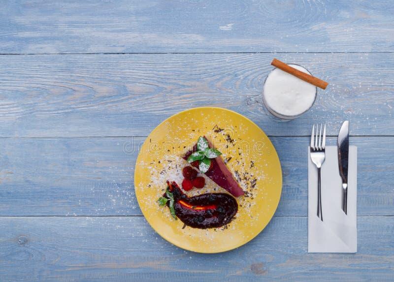 Dessert del ristorante Torta di formaggio della bacca con soda crema su legno blu fotografia stock