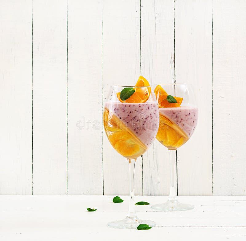 Dessert delizioso Panna Cotta con i coulis del lampone e la gelatina del mandarino fotografie stock libere da diritti