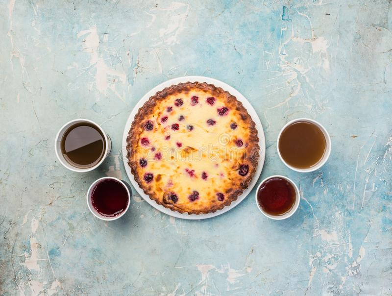 Dessert delizioso su un piatto con quattro generi di tè Torta di formaggio saporita dolce con le bacche fresche Vista superiore fotografia stock libera da diritti