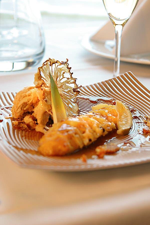 Dessert della banana, dell'ananas e del gelato immagini stock