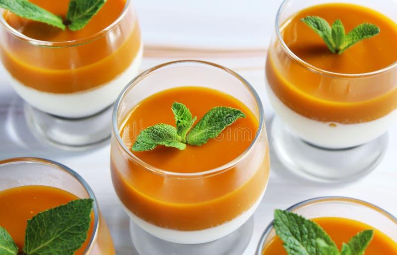Dessert della panna cotta in una tazza di vetro su una tavola di marmo immagini stock