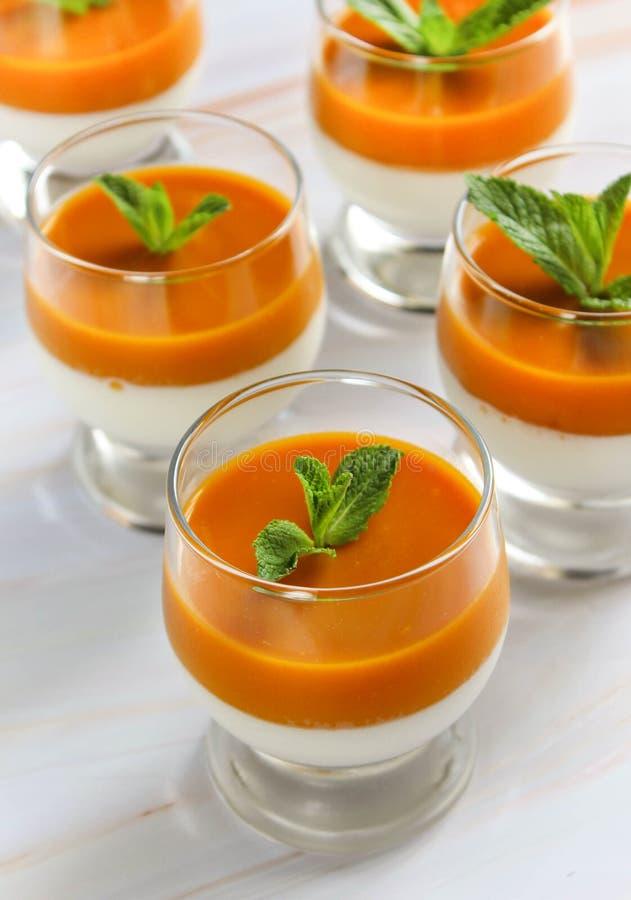 Dessert della panna cotta in una tazza di vetro su una tavola di marmo fotografia stock libera da diritti
