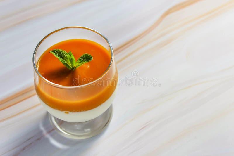 Dessert della panna cotta in una tazza di vetro su una tavola di marmo immagini stock libere da diritti