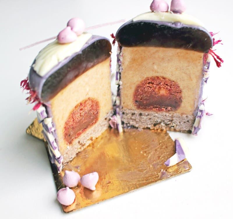 Dessert della prugna affettato sul sottobicchiere dorato fotografia stock libera da diritti