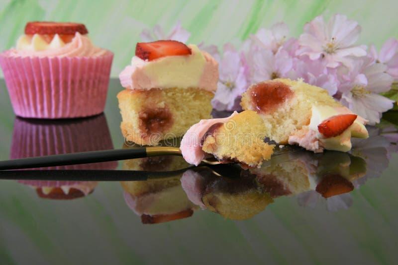 Dessert della spugna della fragola e della crema di ora legale fotografia stock