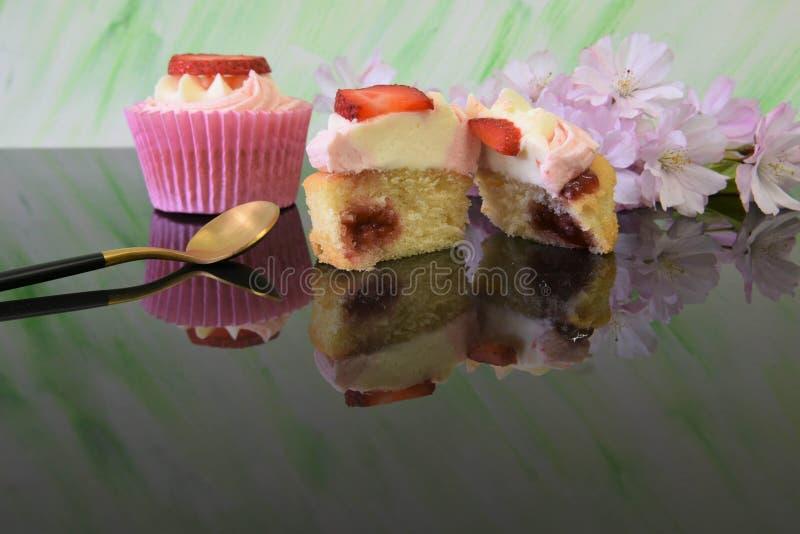 Dessert della spugna della fragola e della crema di ora legale immagini stock