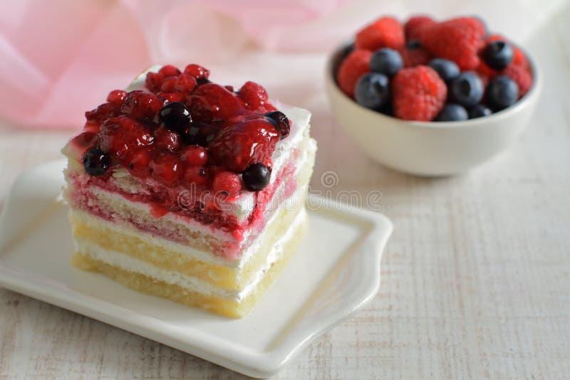 Dessert di estate con crema delicata e le bacche fresche immagini stock