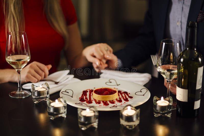 Dessert di giorno del ` s del biglietto di S. Valentino fotografia stock