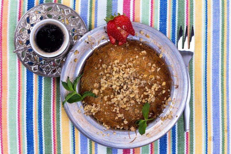 Dessert di Kunefe con caffè turco fotografia stock libera da diritti
