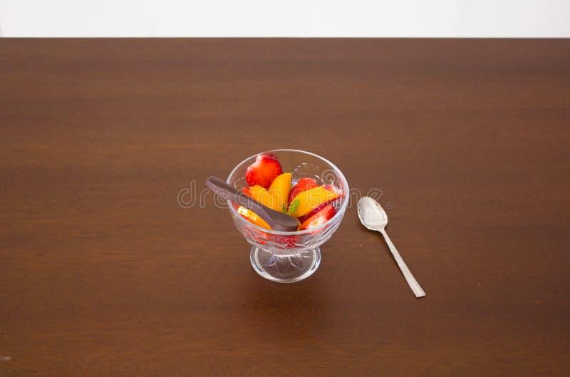 Dessert di macedonia con il cucchiaio del cioccolato fotografia stock libera da diritti