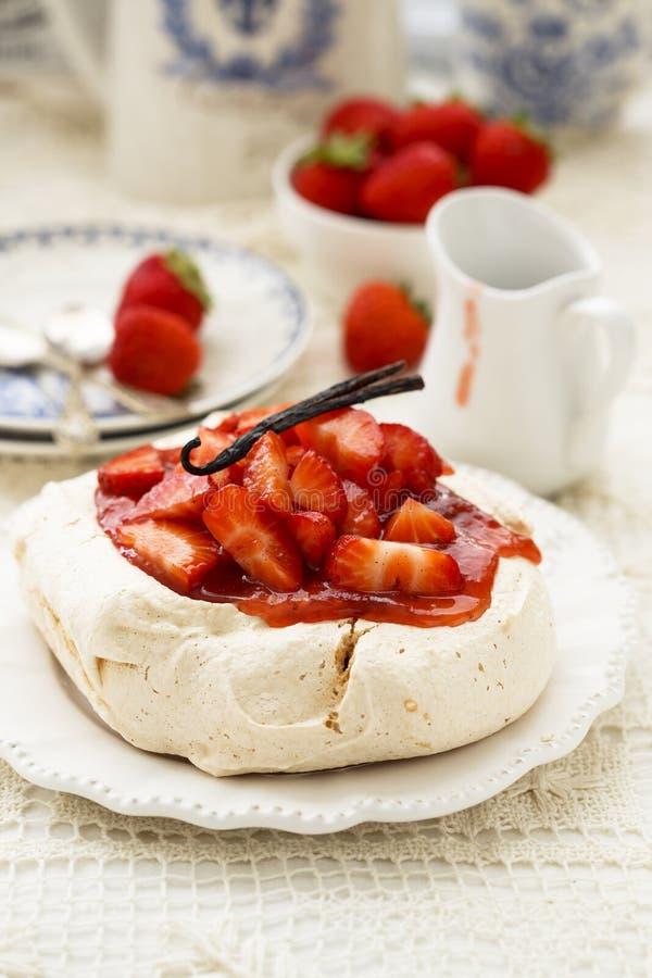 Dessert di Pavlova con la fragola immagine stock libera da diritti