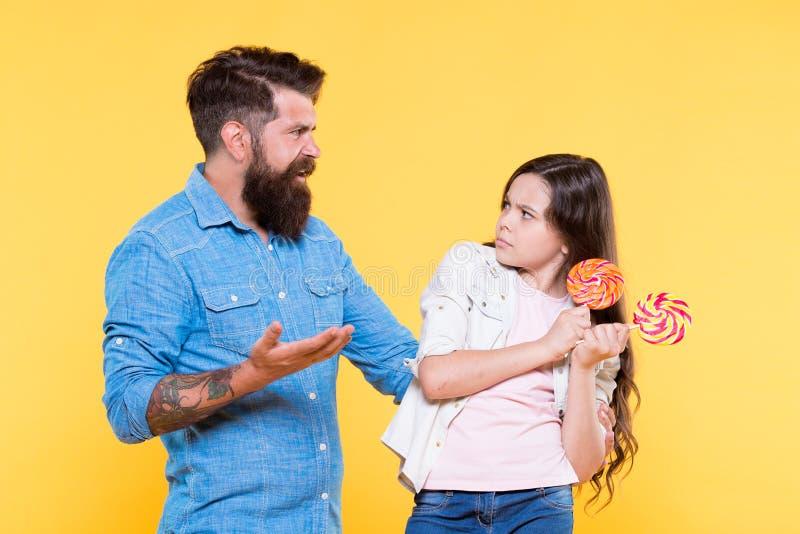 Dessert dolce Buon papà dei pantaloni a vita bassa barbuti per la figlia adorabile Dividendo i dolci con la più cara gente Deriva immagine stock