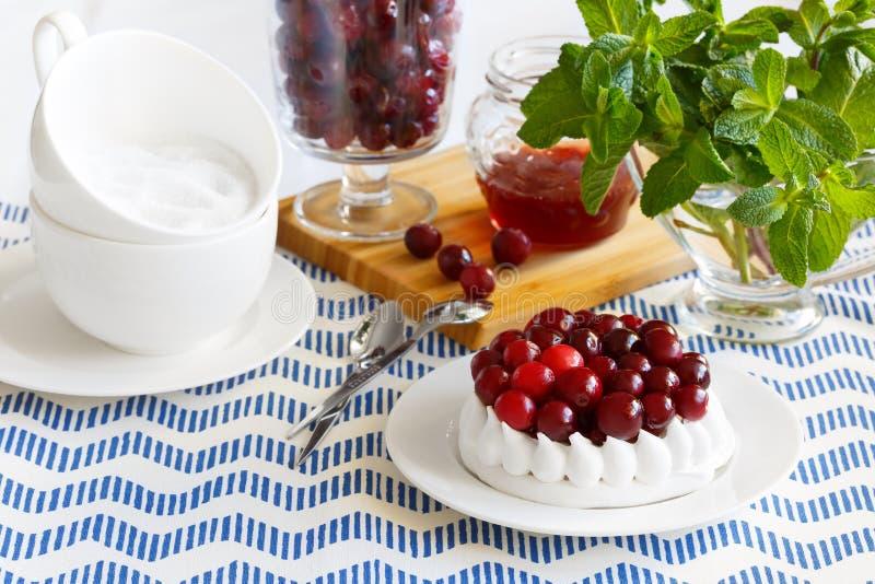 Dessert dolce con i mirtilli rossi Dolce della meringa decorato con i mirtilli rossi fotografie stock
