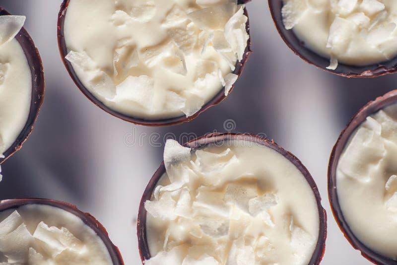 Dessert dolce del cioccolato che riempie fot di crema della noce di cocco e di petali della noce di cocco sulla cima, pasticceria fotografia stock libera da diritti