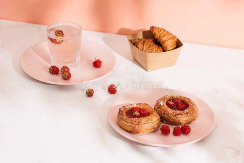 Dessert dolce di estate, mini croissant al forno casalinghi su una tavola di marmo bianca fotografia stock