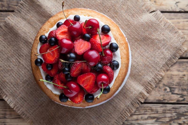 Dessert dolce gastronomico della fragola di estate tradizionale casalinga cruda fresca del dolce fotografie stock