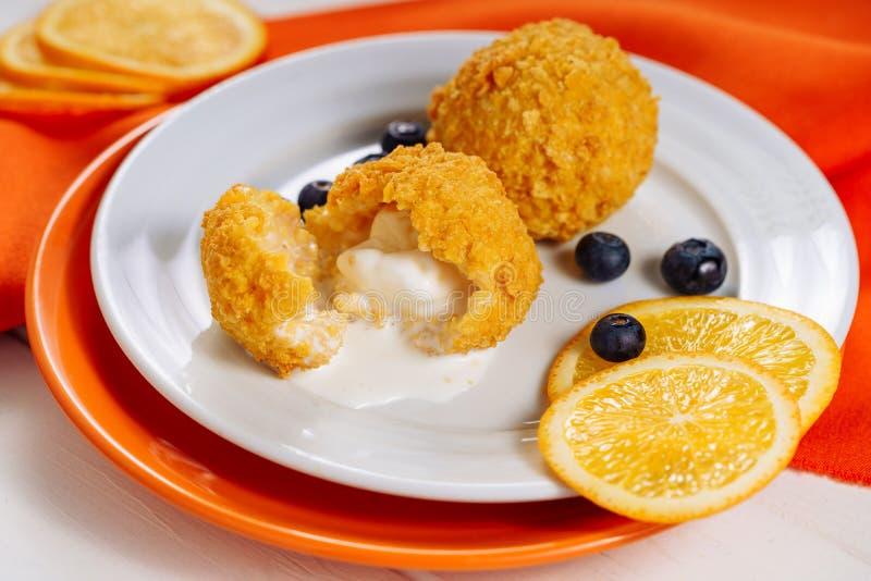 Dessert dolce profondo di Fried Ice Cream Ball Tempura fotografie stock libere da diritti
