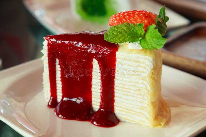 Dessert doux : Écrimage rouge frais saisonnier tropical délicieux de fruit de fraises sur le gâteau de couche de crêpe Dessert do photographie stock libre de droits